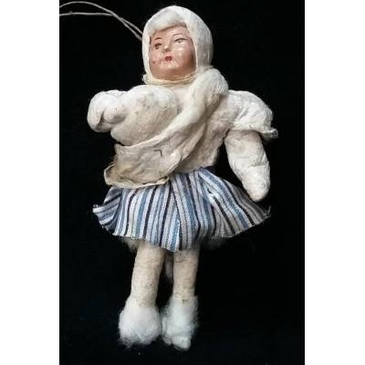 """Елочная игрушка """"Девочка лепит снежки""""."""